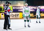Stockholm 2014-03-05 Bandy SM-semifinal 3 Hammarby IF - V&auml;ster&aring;s SK :  <br /> V&auml;ster&aring;s Janne Rintala tittar fr&aring;gande mot domare H&aring;kan Sj&ouml;sten <br /> (Foto: Kenta J&ouml;nsson) Nyckelord:  VSK Bajen HIF depp besviken besvikelse sorg ledsen deppig nedst&auml;md uppgiven sad disappointment disappointed dejected