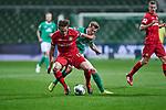 Julian Baumgartlinger (Bayer 04 Leverkusen #15) am Ball, hier verfolgt von Johannes Eggestein (SV Werder Bremen #24)<br /> <br /> Sport: Fussball: 1. Bundesliga: Saison 19/20: <br /> 26. Spieltag: SV Werder Bremen vs Bayer 04 Leverkusen, 18.05.2020<br /> <br /> Foto ©  gumzmedia / Nordphoto / Andreas Gumz / POOL <br /> <br /> Nur für journalistische Zwecke! Only for editorial use!<br />  DFL regulations prohibit any use of photographs as image sequences and/or quasi-video.