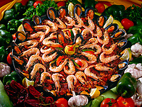 Spanien, Kanarische Inseln, Fuerteventura, Paella, einheimisches Gericht garniert mit Shrimps | Spain, Canary Island, Fuerteventura, Paella, local food garnished with shrimps
