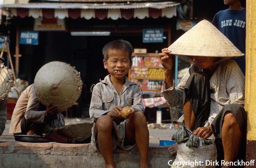 Kind am Samberg im Mekongdelta, Vietnam