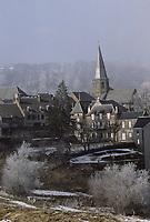 Europe/France/Auverne/63/Puy-de-Dôme/Besse-en-Chandesse: Le village et le clocher (XIXème siècle) de l'église collégiale Saint-André