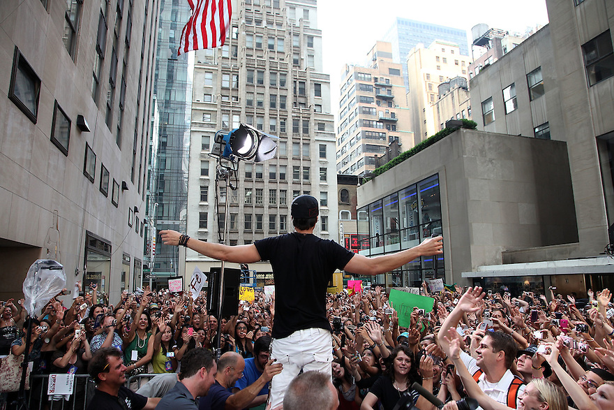"""NEW YORK - JULY 16:  Enrique Iglesias performs on NBC's """"Today"""" at Rockefeller Center on July 16, 2010 in New York City.  (Photo by Soul Brother/FilmMagic)"""