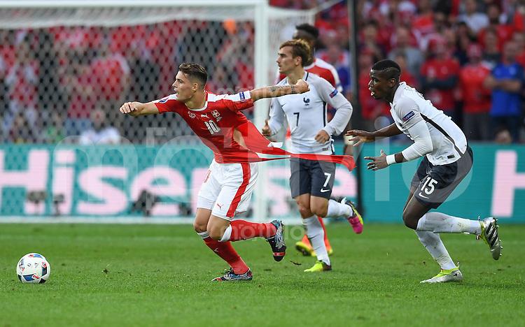 FUSSBALL EURO 2016 GRUPPE A IN LILLE Schweiz - Frankreich     19.06.2016 Paul Pogba (re, Frankreich) zerreisst im Zweikampf Granit Xhaka (li, Schweiz) das Trikot des Schweizers
