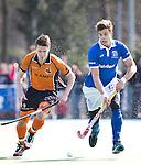 UTRECHT - Kampong speler Sander de  Wijn (r)  , terug van een blessure  in duel met Jelle Galema tijdens de hoofdklasse hockey wedstrijd tussen de mannen van Kampong en Oranje Zwart (3-3). FOTO KOEN SUYK