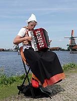 Nederland -  Zaanstad Zaanse Schans - 2019.   Vrouw in klederdracht speelt accordeon.   Foto mag niet in negatieve / schadelijke context gepubliceerd worden.   Foto Berlinda van Dam / Hollandse Hoogte