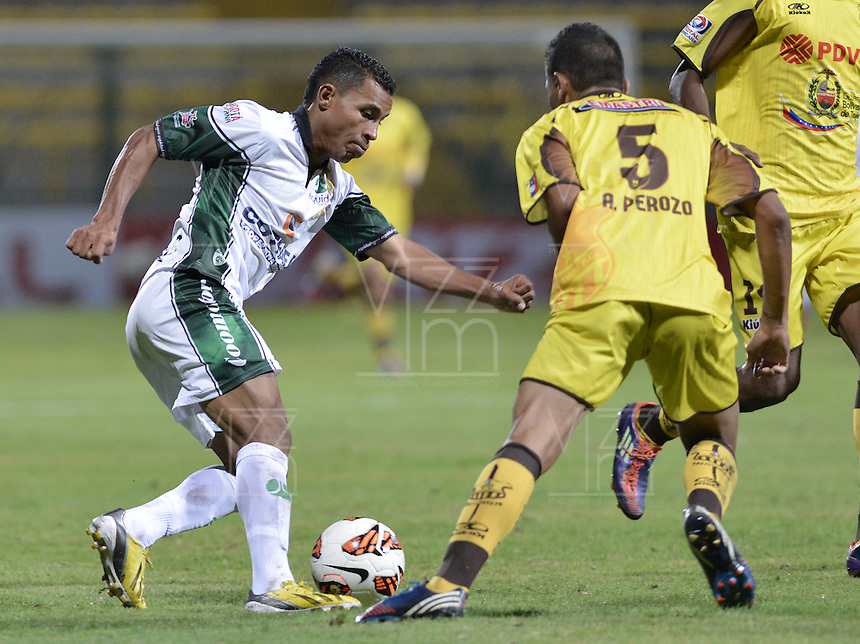 BOGOTÁ -COLOMBIA, 07-08-2013. Wilson David Morelo de Equidad disputa el balón con Adolfo Perozo de Trujillanos durante partido de la primera fase en la Copa Total Sudamericana 2013 jugado en el estadio Metropolitano de Techo en Bogotá./ Equidad player Wilson David Morelo struggles for the ball with Trujillanos player Adolfo Perozo during match of the first phase in the Copa Total Sudamericana 2013 played at Metropolitano stadium of Techo in Bogota city. VizzorImage/ Gabriel Aponte/ STR