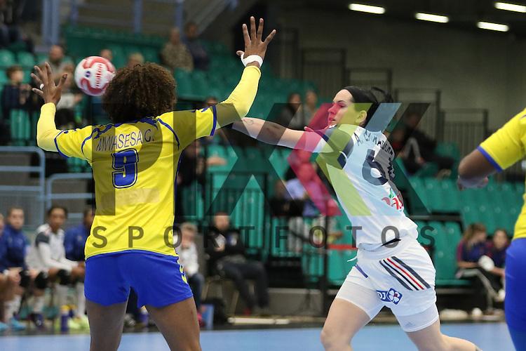 Kolding (DK), 10.12.15, Sport, Handball, 22th Women's Handball World Championship, Vorrunde, Gruppe C, Frankreich-DR Kongo :  Alexandra Lacrabere (Frankreich, #64), Christianne Mwasesa Mwange (DR Kongo, #09)<br /> <br /> Foto &copy; PIX-Sportfotos *** Foto ist honorarpflichtig! *** Auf Anfrage in hoeherer Qualitaet/Aufloesung. Belegexemplar erbeten. Veroeffentlichung ausschliesslich fuer journalistisch-publizistische Zwecke. For editorial use only.