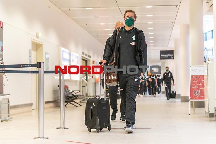 05.07.2020, Bremen Airport Hans Koschnick, Bremen, GER, Werder Bremen - Airpirt Bremen Abflug Relegation 02 - Heidenheim, <br /> <br /> Reisecrew des SV Werder Bremen auf dem Bremer Flughafen / Airport auf dem Weg zum 2. Relegationsspiel am 06.07.2020 in Heidenheim. Auf dem Airport alle mit Sicherheitsabstand und mit CORONA Gesichtsmaske<br /> <br /> <br />  im Bild<br /> <br /> <br /> Florian Kohfeldt (Trainer SV Werder Bremen)<br /> <br /> Foto © nordphoto / Kokenge
