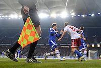 FUSSBALL   1. BUNDESLIGA    SAISON 2012/2013    14. Spieltag   Hamburger SV - FC Schalke 04                               27.11.2012 Linienrichter beobachtet eineN Zweikampf