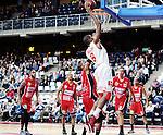 2015-10-31 / Basketbal / seizoen 2015-2016 / Antwerp Giants - Limburg United / Alle spelers van Limburg United kijken toe hoe Melsahn Basabe twee van zijn in totaal 26 punten scoort.<br /><br />Foto: Mpics.be