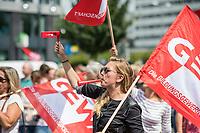"""GEW-Kundgebung der Berliner Grundschullehrkraefte am 11. Juli 2017 vor der Senatsbildungsverwaltung.<br /> Die sogenannten """"Lehrkraefte unterer Klassen"""" und Sonderschullehrkraefte mit Ostausbildung sollen entgegen vorheriger Aussagen der Senatsverwaltung von der Hoehergruppierung in die Lohngruppen E13 / A13 ausgeschlossen werden. Die Gewerkschaft Erziehung und Wissenschaft, GEW, fordert, dass 27 Jahre nach der Wiedervereinigung die Lehrkraefte endlich gleich bezahlt werden.<br /> Die Grundschullehrkraefte, die seit vielen Jahren in den Berliner Schulen arbeiten, fordern die zeitnahe Umsetzung der Erklaerung mit dem Finanzsenator aus dem Sommer 2016. Um dieser Forderung Nachdruck zu verleihen versammelten sich weit ueber 1.000 Lehrkraefte vor der Senatsverwaltung für Bildung, Jugend und Familie.<br /> 11.7.2017, Berlin<br /> Copyright: Christian-Ditsch.de<br /> [Inhaltsveraendernde Manipulation des Fotos nur nach ausdruecklicher Genehmigung des Fotografen. Vereinbarungen ueber Abtretung von Persoenlichkeitsrechten/Model Release der abgebildeten Person/Personen liegen nicht vor. NO MODEL RELEASE! Nur fuer Redaktionelle Zwecke. Don't publish without copyright Christian-Ditsch.de, Veroeffentlichung nur mit Fotografennennung, sowie gegen Honorar, MwSt. und Beleg. Konto: I N G - D i B a, IBAN DE58500105175400192269, BIC INGDDEFFXXX, Kontakt: post@christian-ditsch.de<br /> Bei der Bearbeitung der Dateiinformationen darf die Urheberkennzeichnung in den EXIF- und  IPTC-Daten nicht entfernt werden, diese sind in digitalen Medien nach §95c UrhG rechtlich geschuetzt. Der Urhebervermerk wird gemaess §13 UrhG verlangt.]"""