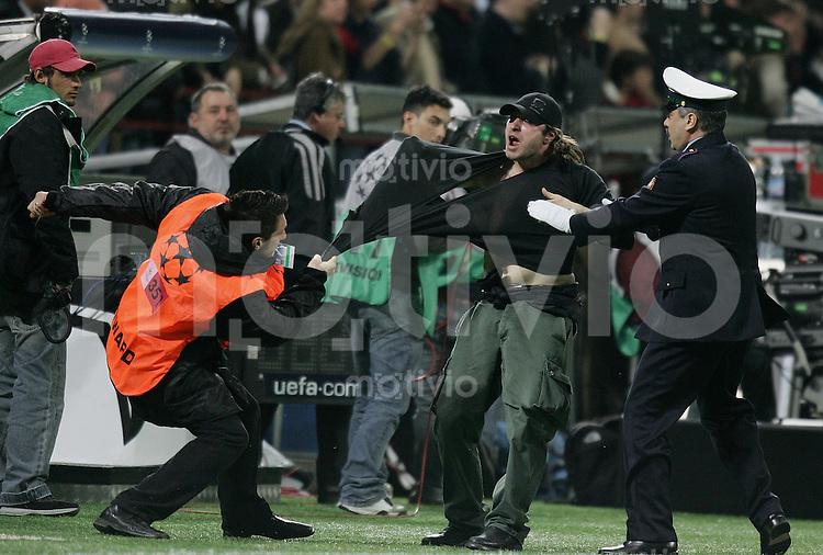 FUSSBALL Champions League 2005/2006 Halbfinal Hinspiel AC Mailand 0-1 FC Barcelona Ordner und Polizist halten einen Fan auf , der den Platz stuermen will