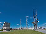 """Dar Młodzieży, pomnik Josepha Conrada i pomnik """"Żagle"""" przy Nabrzeżu Pomorskim w Gdyni."""