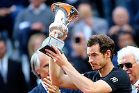 L'inglese Andy Murray mostra il trofeo dopo aver vinto la finale maschile degli Internazionali d'Italia di tennis a Roma, 15 maggio 2016.<br /> Britain's Andy Murray holds the trophy after winning the men's final match of the Italian Open tennis against Serbia's Novak Djokovic in Rome, 15 May 2016.<br /> UPDATE IMAGES PRESS/Riccardo De Luca