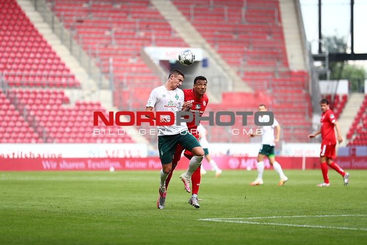 Marco Friedl (SV Werder Bremen) im Kopfballduell mit Karim Onisiwo (FSV Mainz 05), <br /> <br /> Sport: Fussball: 1. Bundesliga:: nphgm001:  Saison 19/20: 33. Spieltag: 1. FSV Mainz 05 vs SV Werder Bremen 20.06.2020<br /> <br /> <br /> Foto: Neis/Eibner/Pool/via gumzmedia/nordphoto<br /> <br /> DFB regulations prohibit any use of photographs as image sequences and/or quasi-video.<br /> Editorial Use ONLY<br /> National and International News Agencies OUT<br /> <br />  DFL REGULATIONS PROHIBIT ANY USE OF PHOTOGRAPHS AS IMAGE SEQUENCES AND OR QUASI VIDEO<br /> EDITORIAL USE ONLY<br /> NATIONAL AND INTERNATIONAL NEWS AGENCIES OUT