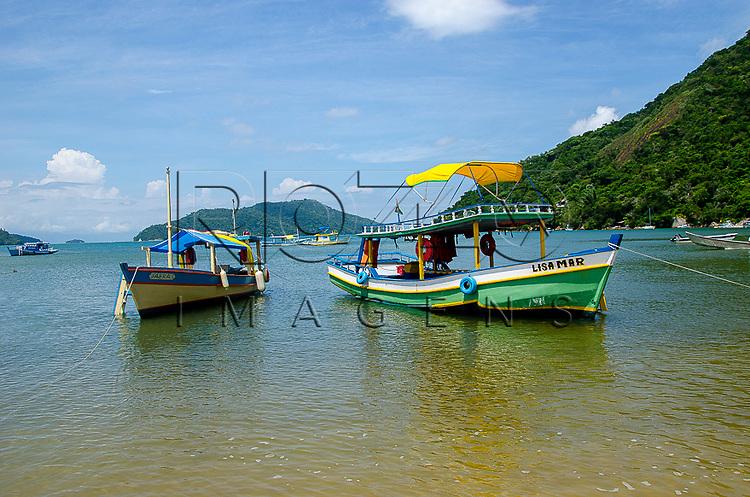 Barcos de pesca na praia do Parque Ecológico de Paraty-Mirim, Paraty - RJ, 01/2014.