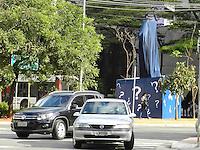 SAO PAULO - SP - 10 DE JUNHO DE 2013 - TOTEM COPA DO MUNDO, Totem com relógio será inaugurado em São Paulo,e iniciará a contagem regressiva para a Copa 2014. O monumento, com sete metros de altura, foi assinado pelo arquiteto Oscar Niemeyer há cerca de dois anos. Com 180 kg, o relógio da marca suíça Hublot chegou de navio ao país. Outros totens devem ser instalados no Rio de Janeiro e em Brasília.  FOTO: MAURICIO CAMARGO / BRAZIL PHOTO PRESS.