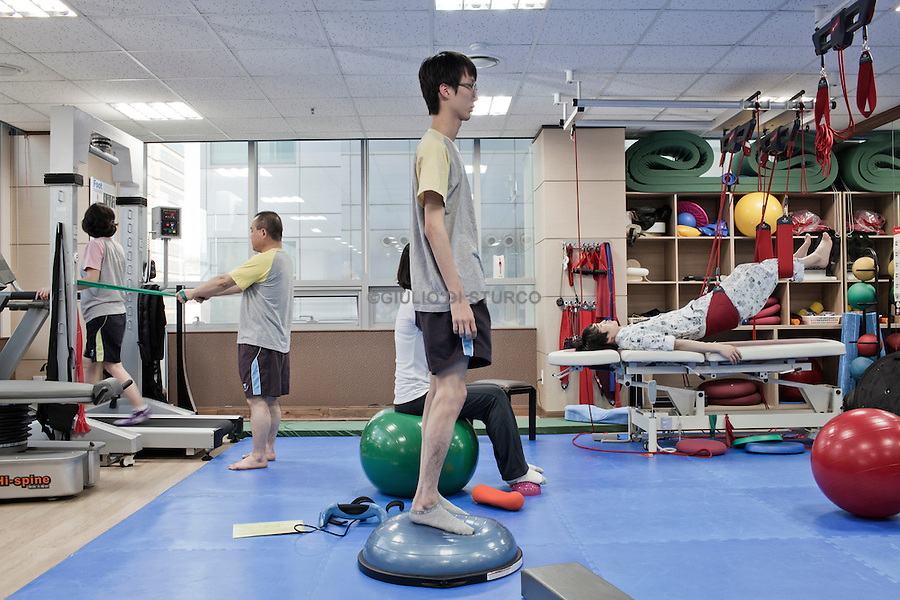 """Special exercises for posture and """"stretch"""" in a clinic-type growth in eastern Seoul, April 2011.Driven by the belief, increasingly popular, that the height is essential to success, South Korean parents try all kinds of remedies to increase the stature of their children, making use of hundreds of clinics that offer growth hormones, medical traditional treatments, such as acupuncture, and treatments and special exercises."""