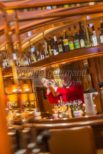 Europe/Allemagne/Bade-Würrtemberg/Forêt Noire/Baiersbronn/Gärtenbühlweg: Hôtel: Bareiss, le barman [Non destiné à un usage publicitaire - Not intended for an advertising use]