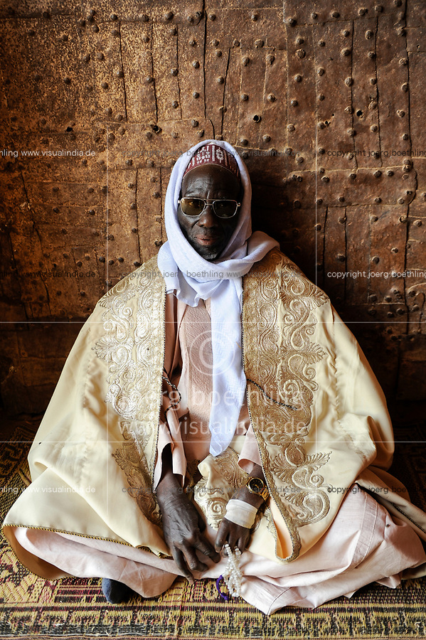 NIGER , Zinder, palace of Sultan von DAMAGARAM<br /> El Hadji ABOUBACAR OUMAROU SANDA , portraiture of unknown man at the entrance