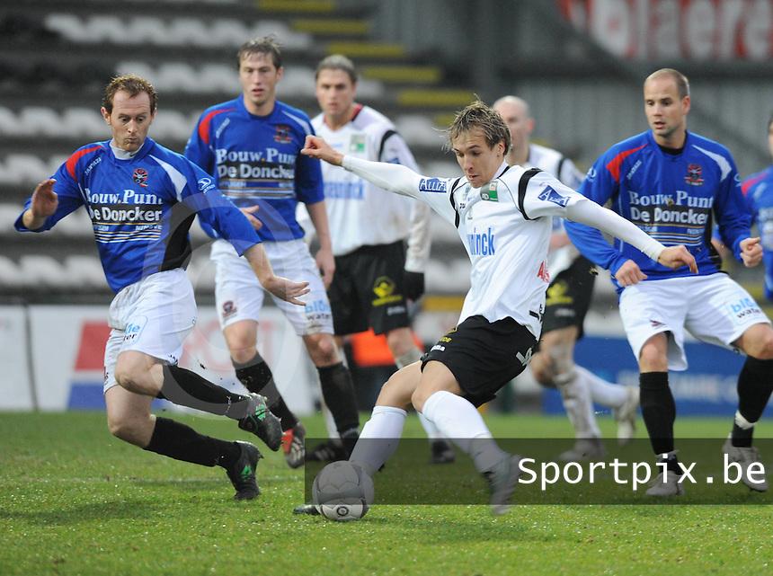 KSV Roeselare - FC Dender : invaller Cleber Sonda met het schot naar doel voor Bram De Ly (links).FOTO VDB / BART VANDENBROUCKE