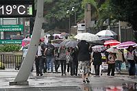 SÃO PAULO, SP, 11.02.2020: CLIMA-CHUVA-SP - Pedestres se protegem da chuva na avenida Paulista, região central de São Paulo, na manhã desta terça-feira, 11. No decorrer do dia persistem as condições de chuvas leves e garoa, que devem se alternar com períodos de melhoria. Mesmo assim, o céu permanece com muita nebulosidade, impedindo a elevação das temperaturas. As máximas não devem superar os 21ºC. Alerta-se que o solo encharcado mantém elevado o potencial para formação de alagamentos transitáveis e deslizamentos de terra nas áreas de risco. (Foto: Fábio Vieira/FotoRua)