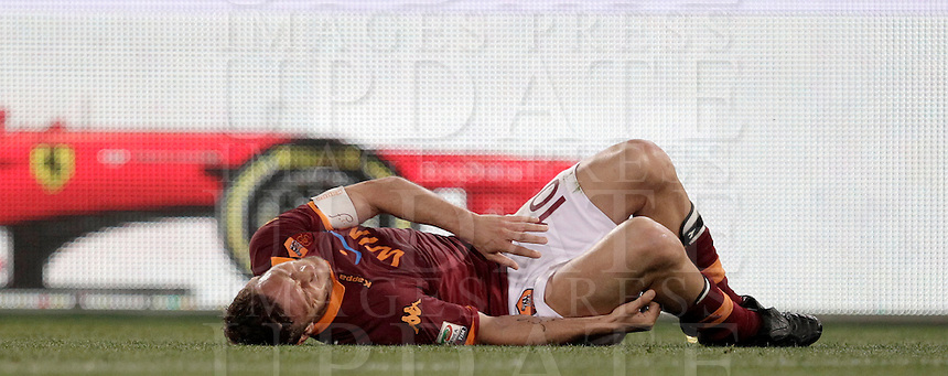 Calcio, Serie A: Roma vs Chievo Verona, Stadio Olimpico, , 7 maggio  2013..AS Roma forward Francesco Totti lies on the pitch after being injured during the Italian serie A football match between Roma and ChievoVerona at Rome's Olympic stadium, 7 maggio  2013..UPDATE IMAGES PRESS/Isabella Bonotto
