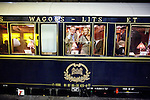 Amsterdam, 5 november 2010.Venice Simplon  Orient Express vertrekt vanuit Amsterdam..Reizigers Guido Maas en Marijke Schaaphok aan boord van de Orient Express, bij het vertrek van Amsterdam CS naar Venetie. .Foto Felix Kalkman