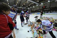 IJSHOCKEY: HEERENVEEN: IJsstadion Thialf, 18-01-2013, Eredivisie, UNIS Flyers - Eindhoven Kemphanen, Teddybear-Toss, ©foto Martin de Jong