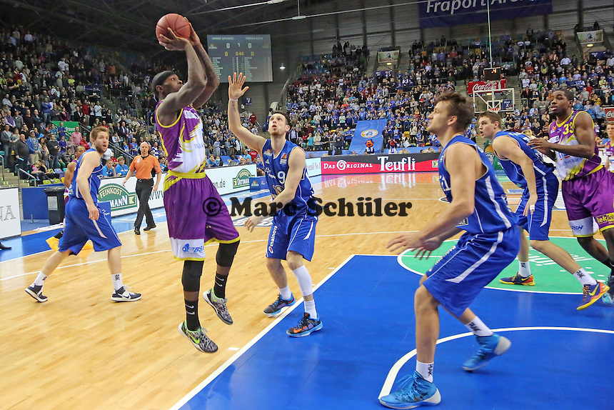 Larry Gordon (Hagen) wirft gegen Andy Rautings (Skyliners)- Fraport Skyliners vs. Phoenix Hagen, Fraport Arena Frankfurt