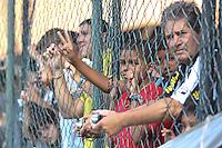 RIO DE JANEIRO, RJ, 04 DE JANEIRO DE 2012 –  Torcida do Botafogo durante a reapresentação do time, na sede de General Severiano na cidade do Rio de Janeiro nessa quarta-feira, 04. FOTO: BRUNO TURANO – NEWS FREE.