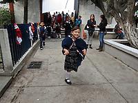 Querétaro, Qro. 26 de octubre 2015. Esta mañana, Marcos Aguilar Vega presidió la ceremonia de honores a la bandera en la escuela primaria Félix Osores, ubicada en avenida Cimatario. Durante el evento, hizo entrega simbólica de material deportivo y anunció la construcción de un arcotecho para esta escuela. Foto: Alejandra L. Beltrán / Obture Press Agency.