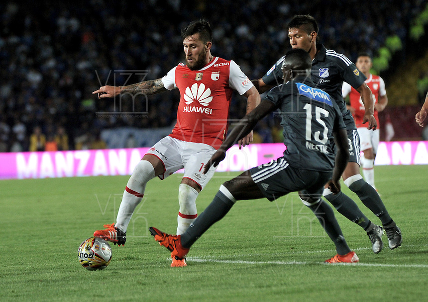 BOGOTA - COLOMBIA - 07-02-2016: Jonathan Gomez (Izq.) jugador de Independiente Santa Fe disputa el balón con Deivier Machado (Cent.) y Rafael Carrascal (Der.) jugadores de Millonarios, durante partido por la fecha 2 entre Independiente Santa Fe y Millonarios de la Liga Aguila I-2016, en el estadio Nemesio Camacho El Campin de la ciudad de Bogota.  / Jonathan Gomez (L) player of Independiente Santa Fe struggles for the ball with Deivier Machado (C) and Rafael Carrascal (R) players of Millonarios, during a match of the 2 date between Independiente Santa Fe and Millonarios, for the Liga Aguila I -2016 at the Nemesio Camacho El Campin Stadium in Bogota city, Photo: VizzorImage / Luis Ramirez / Staff.