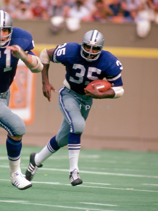 Dallas Cowboys Calvin Hill (35) during a game from his 1974 season with the Dallas Cowboys. Calvin Hill played 12 years, with 3 different teams and was a 4-time Pro Bowler.(SportPics)