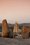 Blick vom Hermakuta Hill auf den Tempel Virupaksha, Hampi, Karnataka, Indien