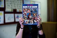 Dans la bibliothèque de la classe, nous trouvons un vieux livre de la célèbre série pour ado des années 1990. Un clin d'œil amusé aux écoliers français de ces années-là qui vivaient l'insouciance d'une histoire à l'eau de rose, alors que les enfants croates vivaient une guerre. L'image du conflit est encore tenace dans l'imaginaire des Français. La vaste campagne de communication lancée  avec « l'année de la Croatie en France (2012) » avait entre autre pour but de présenter le nouvel adhérant à l'Union européenne sous un autre jour.