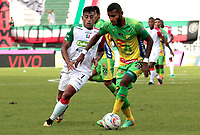 MANIZALES - COLOMBIA, 25-02-2018: Sergio Lopez (Izq) de Once Caldas disputa el balón con Carlos Ramirez (Der) de Atlético Huila por la fecha 5 de Liga Águila I 2018 jugado en el estadio Palogrande de la ciudad de Manizales. / Sergio Lopez (L) player of Once Caldas fights for the ball with Carlos Ramirez (R) player of Atletico Huila during match for the date 5 of the Aguila League I 2018 played at Palogrande stadium in Manizales city. Photo: VizzorImage / Santiago Osorio / Cont