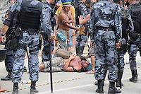 RIO DE JANEIRO,RJ,22.03.2013: O BATALHÃO DE CHOQUE INVADIU A ALDEIA MARACANÃ- Policiais do batalhão de choque invadiu a Aldeia Maracanã nesta tarde e houve tumulto do lado de fora da Aldeia. A Avenida Maracanã chegou a ser interditada por uma hora e manifestantes entraram em confronto com a policia que desparou tiros de balas de borracha, e usou esplay de pimenta. SANDROVOX/BRAZILPHOTOPRESS