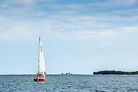 En liten segelbåt på väg till ytterskärgården i Stockholms skärgård. / Stockholms archipelago Sweden.
