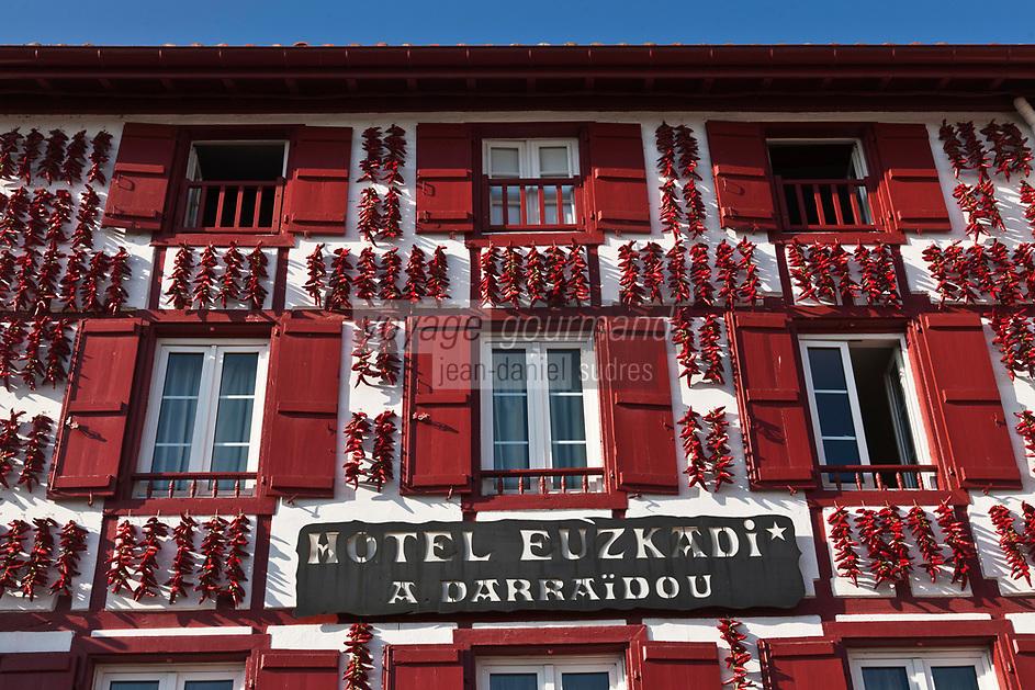Europe/France/Aquitaine/64/Pyrénées-Atlantiques/Pays-Basque/Espelette: Séchage des piments d'Espelette aux facades de l' Hôtel-Restaurant Euzkadi