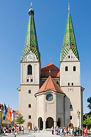 Deutschland, Bayern, Oberbayern, Naturpark Altmuehltal, Beilngries: katholische Stadtpfarrkirche St. Walburga mit ihren Zwillingstuermen | Germany, Upper Bavaria, Natur Park Altmuehl Valley, Beilngries: catholic town parish church St. Walburga with twin towers