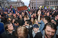 UNGARN, 09.04.2017, Budapest - V. Bezirk. Demonstration gegen den Beschluss der Fidesz-Regierung, den Weiterbetrieb der von George Soros finanzierten und fuer ihre Liberalitaet und Weltoffenheit bekannte. Zentraleuropaeishcen Universitaet CEU legislativ zu verunmoeglichen. -Die Abschlusskundgebung auf dem Kossuth-Platz geht in eine Belagerung des Parlaments ueber. &quot;Nicht die CEU muss man (ein)sperren, sondern Orb&aacute;n!&quot;  | Demonstration against the Fidesz government's decision to legally make it impossible to further uphold the Central European University, financed by George Soros and known for its liberal and cosmopolitan spirit. -The final manifestation on Kossuth square turns into a siege of the parliament building. &quot;Not the CEU should be closed (away) but Orban!&quot; <br /> &copy; Martin Fejer/EST&amp;OST