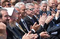 Berlin, Bundespräsident Joachim Gauck (5.v.l) und Bundesverkehrminister Peter Ramsauer (CSU, 4.v.l.) beim Grundsteinlegung für das Humboldtforum am Mittwoch (11.06.13) am Schlossplatz in Berlin. Foto: Maja Hitij/CommonLens