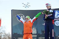 SCHAATSEN: BOEDAPEST: Essent ISU European Championships, 07-01-2012, Podium 1500m Ladies, Linda de Vries NED blij met haar 2e plaats, Martina Sábliková CZE, ©foto Martin de Jong