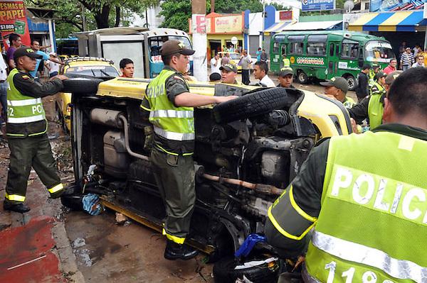 BOG12. BARRANQUILLA (COLOMBIA), 14/05/2011.- Fotografía cedida por el diario El Heraldo hoy, sábado 14 de mayo de 2011, en la que se observa parte de los destrozos ocasionados por un arroyo generado tras las fuertes lluvias en Barranquilla (Colombia). La fuerza del agua arrasó con 60 autos mientras que más de una cincuentena de locales comerciales fueron afectados y registran perdidas millonarias. EFE/Cortesía El Heraldo/SOLO USO EDITORIAL/NO VENTAS.
