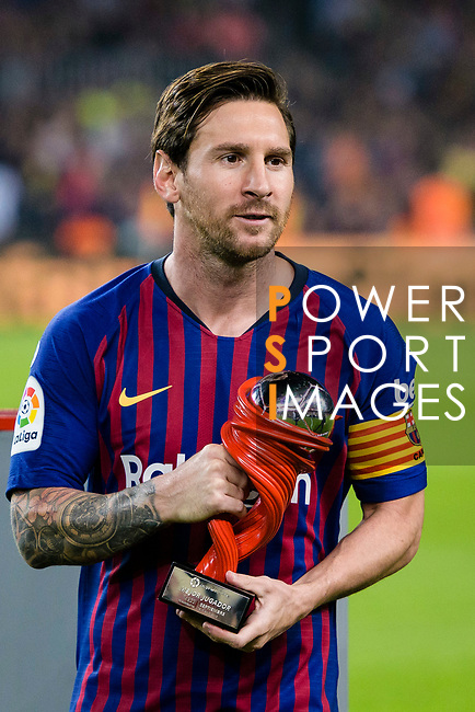 Lionel Messi of FC Barcelona poses for photos with his trophy of best player La Liga September's Month during the La Liga 2018-19 match between FC Barcelona and Sevilla FC at Camp Nou Stadium on October 20 2018 in Barcelona, Spain. Photo by Vicens Gimenez / Power Sport Images