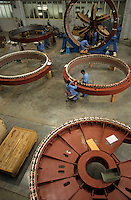 INDIA Daman , wind turbine producer Enercon India Ltd., assembly of generator / INDIEN Daman , Produktion von Windturbinen in Fabrikhalle des deutsch indischen Joint Venture Enercon India Ltd., Fertigung der Generatoren - MORE IMAGES ON THIS SUBJECT AVAILABLE!!