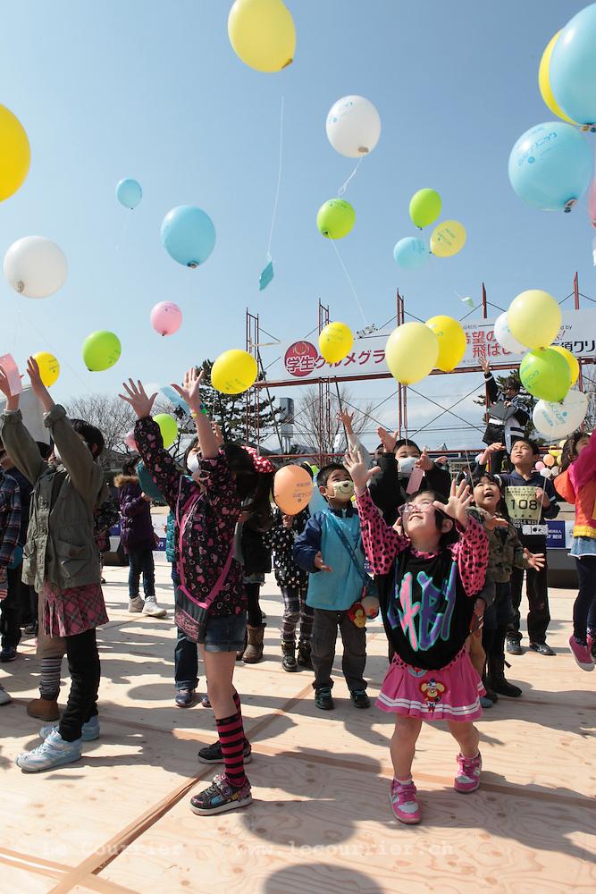Minamisoma dans la préfecture de Fukushima, le10.03.2013.Minamisoma célèbre la journée du souvenir du Tsunami qui a fait près de 600 morts et envahit un tiers de la ville..Lâcher de ballons par les enfants de la ville de Minamisoma.