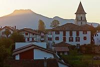 Europe/France/Aquitaine/64/Pyrénées-Atlantiques/Pays-Basque/Ainhoa: Le village et en fond , la Rhune dans la lumière du soir.
