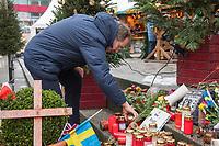 Pfarrer Martin Germer.<br /> Martin Germer ist Pfarrer der evangelischen Kaiser-Wilhelm-Gedaechtnis-Kirchen in Berlin.<br /> Im Bild: Pfarrer Germer stellt am Gedenkort fuer die Opfer des LKW-Anschlag auf den Weihnachtsmarkt am 19.12.2016 Kerzen wieder auf, die nach starkem Wind umgefallen sind.<br /> 11.12.2017, Berlin<br /> Copyright: Christian-Ditsch.de<br /> [Inhaltsveraendernde Manipulation des Fotos nur nach ausdruecklicher Genehmigung des Fotografen. Vereinbarungen ueber Abtretung von Persoenlichkeitsrechten/Model Release der abgebildeten Person/Personen liegen nicht vor. NO MODEL RELEASE! Nur fuer Redaktionelle Zwecke. Don't publish without copyright Christian-Ditsch.de, Veroeffentlichung nur mit Fotografennennung, sowie gegen Honorar, MwSt. und Beleg. Konto: I N G - D i B a, IBAN DE58500105175400192269, BIC INGDDEFFXXX, Kontakt: post@christian-ditsch.de<br /> Bei der Bearbeitung der Dateiinformationen darf die Urheberkennzeichnung in den EXIF- und  IPTC-Daten nicht entfernt werden, diese sind in digitalen Medien nach §95c UrhG rechtlich geschuetzt. Der Urhebervermerk wird gemaess §13 UrhG verlangt.]